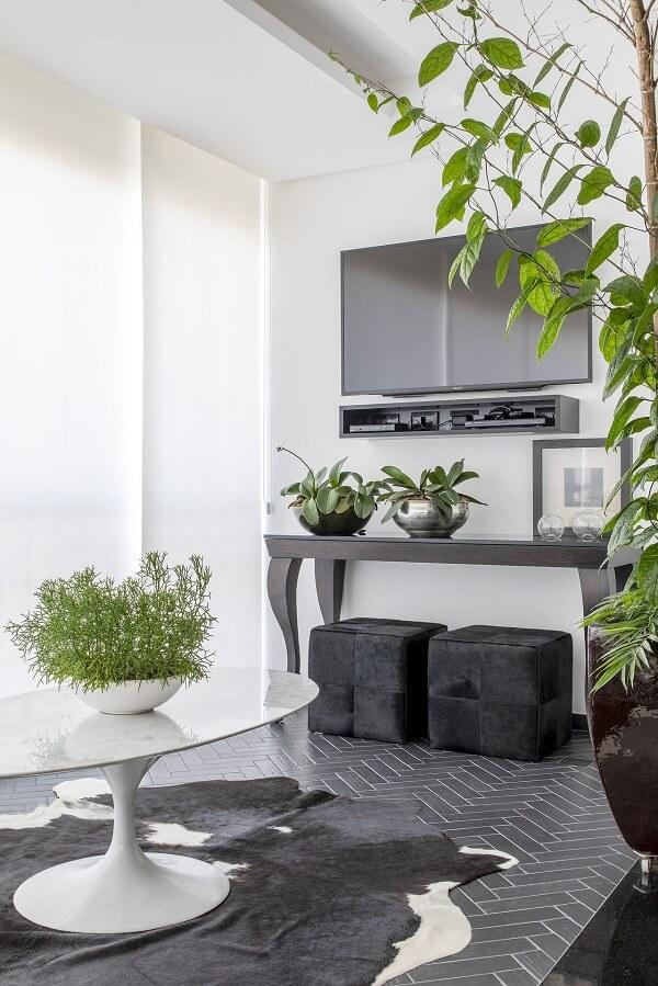 Tapete de couro preto e mesa de centro redonda branca