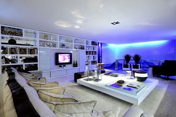 Utilize a mesa de centro branca para apoiar objetos decorativos