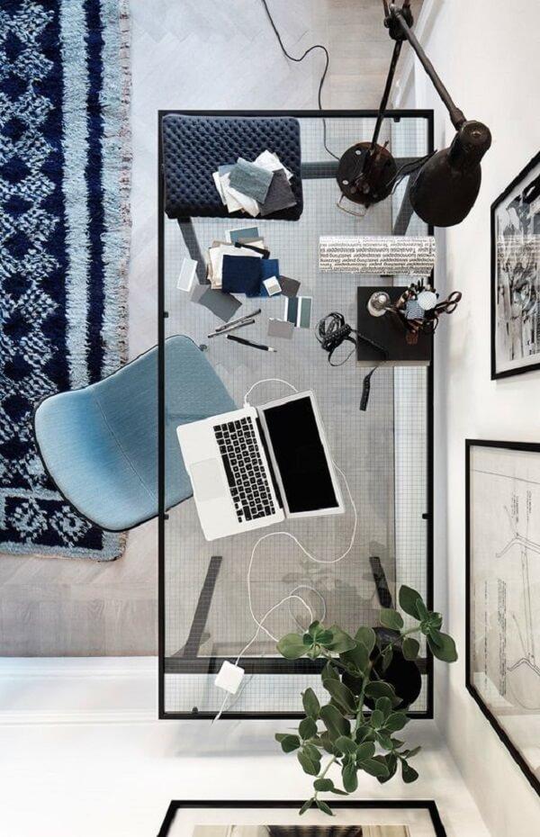 Vista aérea da mesa para escritório de vidro