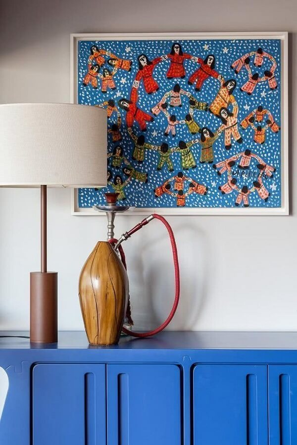 Você pode combinar os quadros coloridos com a cor dos móveis