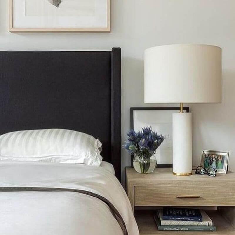 abajur branco para decoração de  quarto com cabeceira preta Foto Scout & Nimble