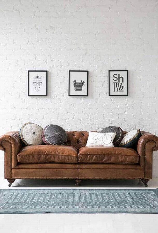almofadas redondas para decoração de sofá marrom chesterfield de couro  Foto Apartment Therapy