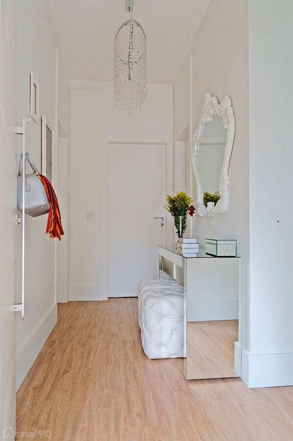 aparador espelhado para hall de entrada pequeno todo branco com lustre de cristal Foto Pinterest