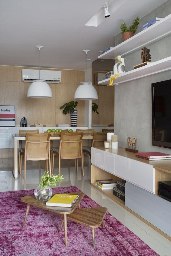 Apartamento com decoração em tons de roxo
