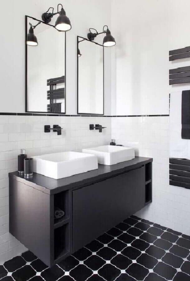 arandela de espelho para decoração de banheiro preto e branco  Foto Jeito de Casa