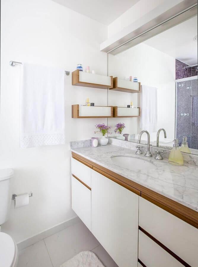 armário de banheiro sob medida branco com detalhes em madeira Foto Pinterest