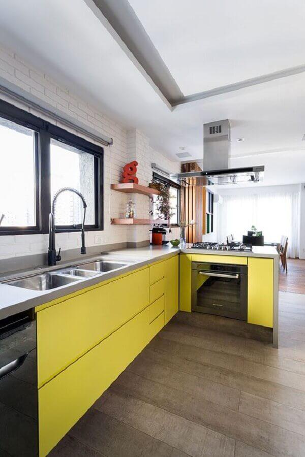 Armário de cozinha amarelo planejado