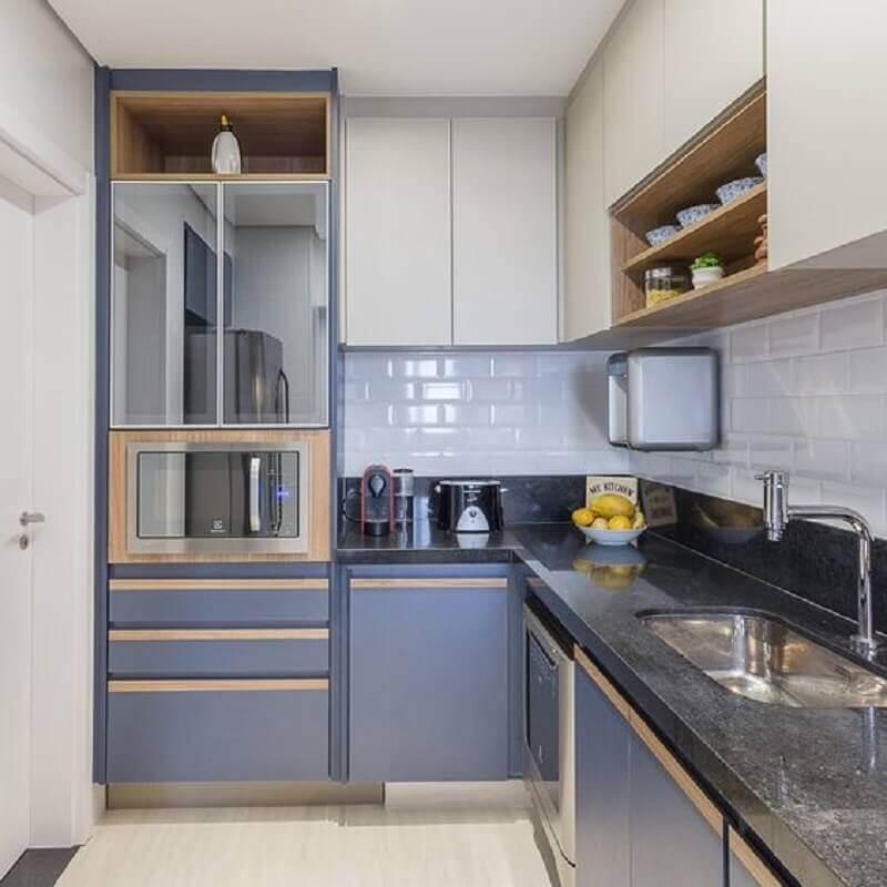 armário de cozinha azul e branco de canto Foto Juliana Pires Interiores