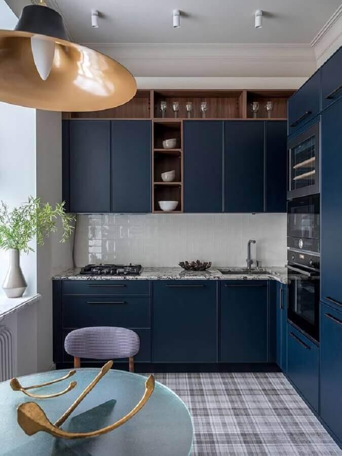 armário de cozinha azul marinho planejado com nichos de madeira Foto Home Fashion Trend