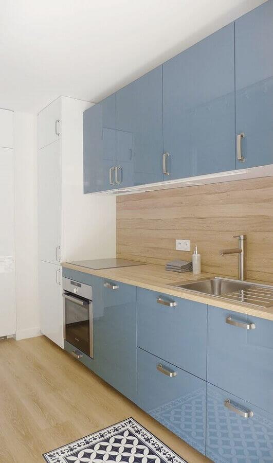 armário de cozinha azul planejado com bancada de madeira  Foto We Heart It