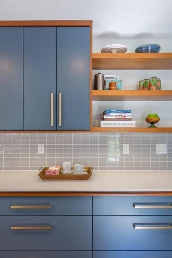 armário de cozinha azul planejado com detalhes em madeira  Foto Casa de Valentina