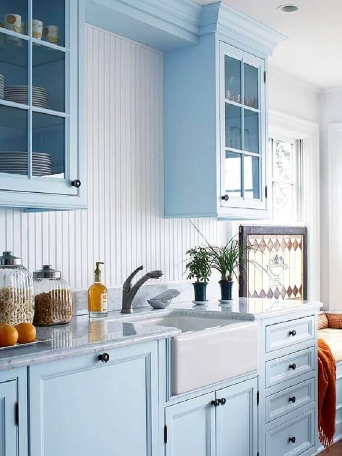 armário de cozinha planejado azul claro com estilo retrô Foto Better Homes and Gardens