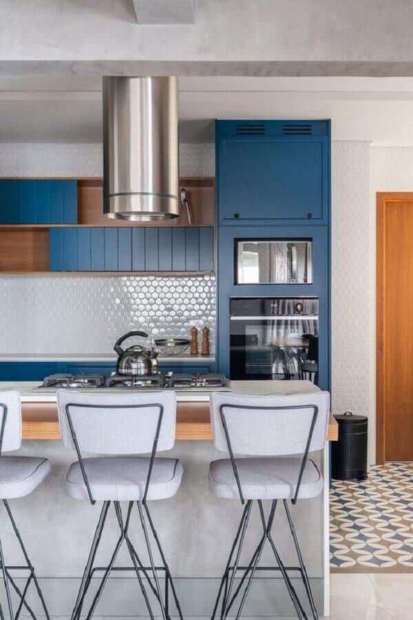 armário de cozinha planejado azul com ilha e detalhes em madeira Foto Behance