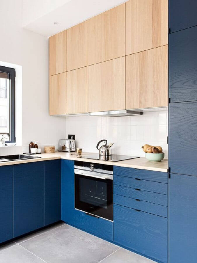 armário de cozinha planejado azul escuro com armário aéreo de madeira Foto Futurist Architecture