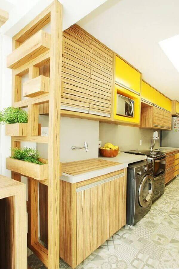 Armário de cozinha amarelo com detalhes em madeira