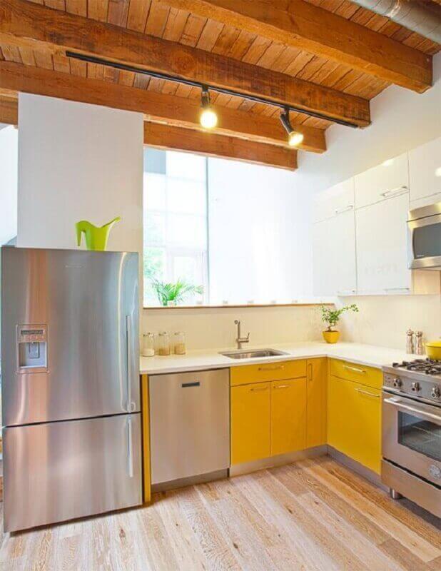Armário de cozinha amarelo com eletrodomésticos em inox