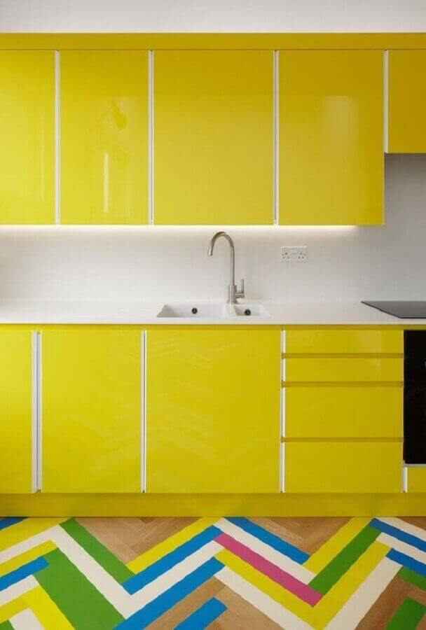 Armário de cozinha amarela decorada com piso colorido