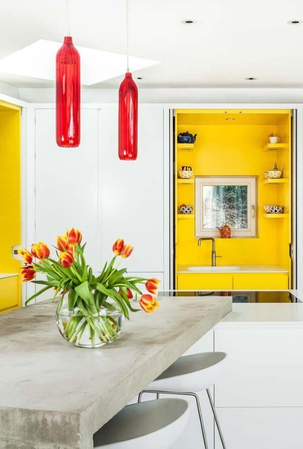 Armário de cozinha amarelo e branco e vermelho