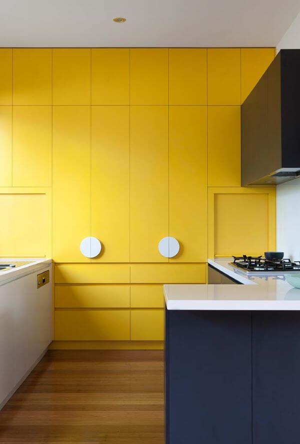 Armário de cozinha amarelo com bancada azul super moderna e alegre