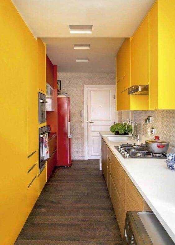 Armário de cozinha amarelo com bancada branca
