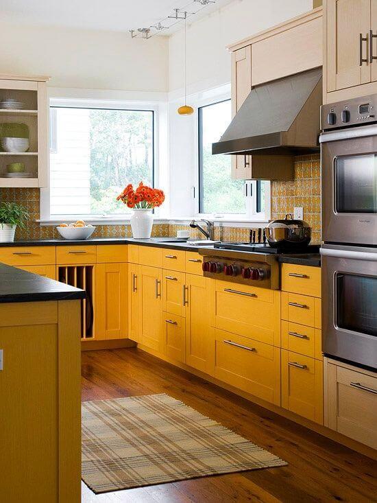 Cozinha em U com armários amarelos