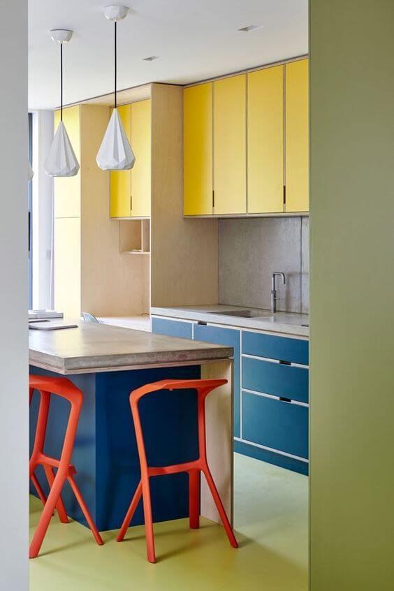 Aposte na combinação alegre de armário de cozinha amarelo com azul