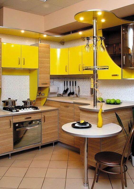 Armário de cozinha amarelo com madeira planejado
