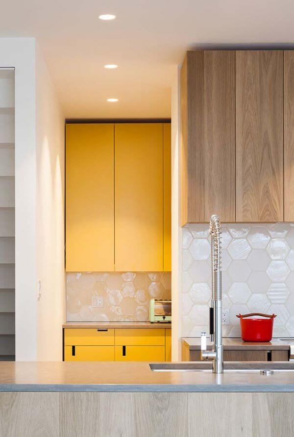 Armário de cozinha amarelo e bege
