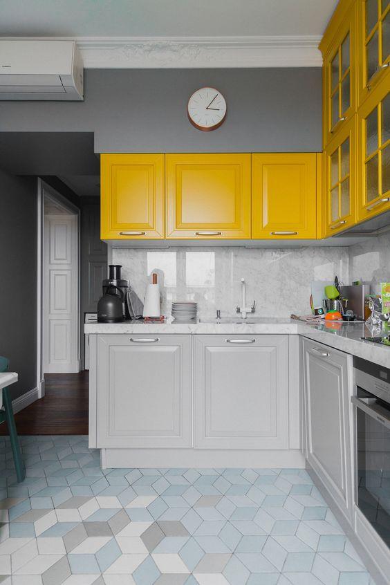 Armário de cozinha amarelo e branco, clean e sofisticado