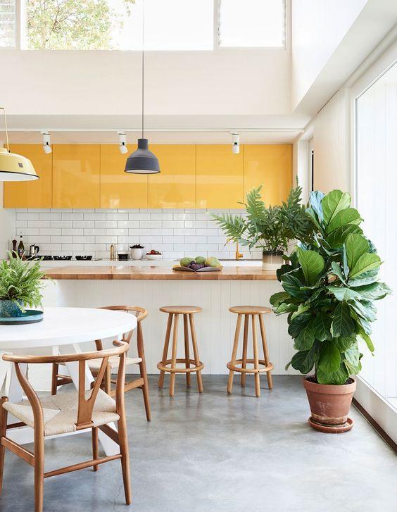 Armário de cozinha amarelo e branco