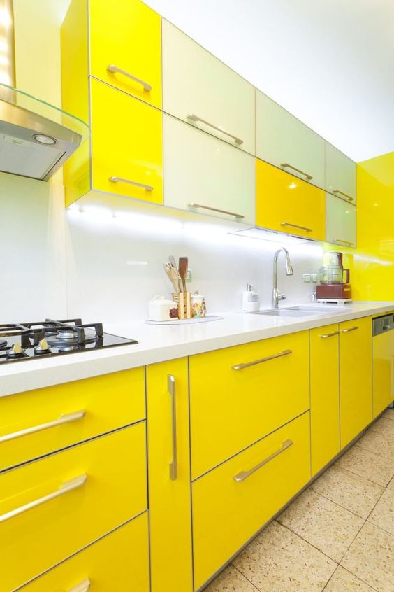 Armário de cozinha amarelo e branco moderno e vibrante
