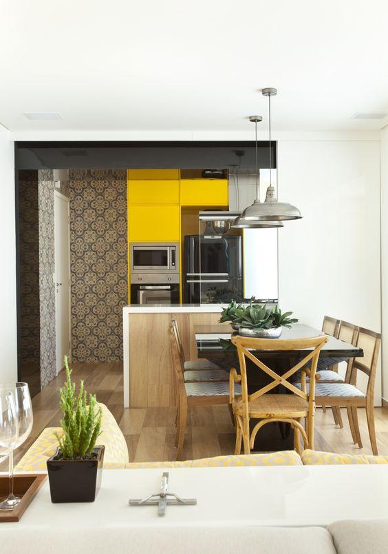 Armário de cozinha amarelo com torre quente