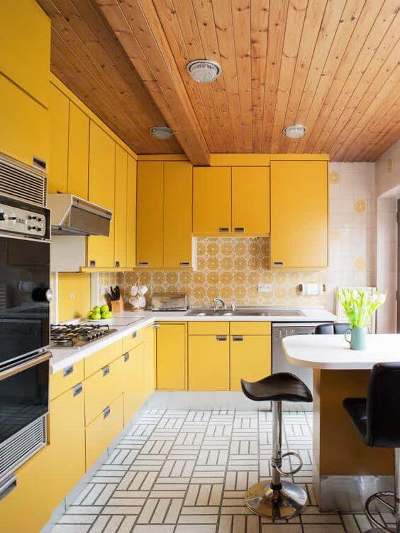 Armário de cozinha amarelo e cinza com torre quente