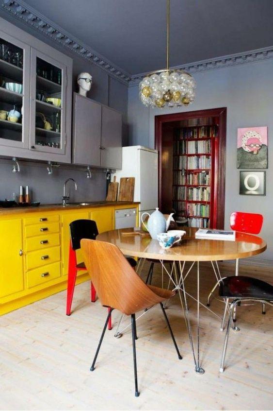 Armário de cozinha amarelo com mesa retrô