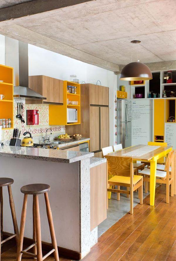 Armário de cozinha amarelo e marrom de madeira