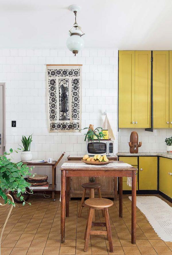 Armário de cozinha amarelo e marrom, perfeito para uma cozinha rústica