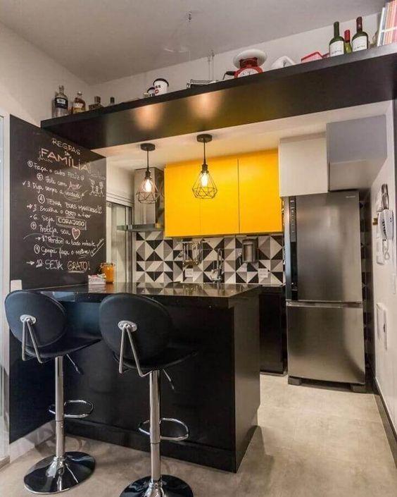 Armário de cozinha amarelo e preto com bancada preta