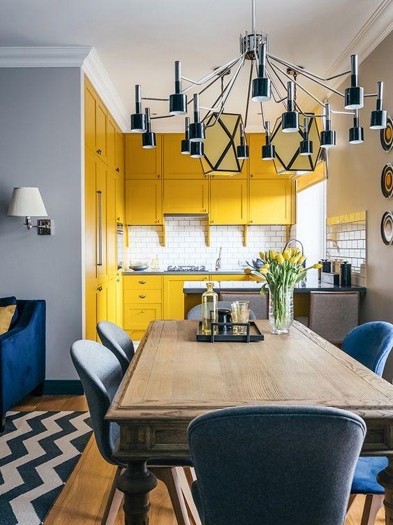Armário de cozinha amarelo com detalhes da decoração em azul