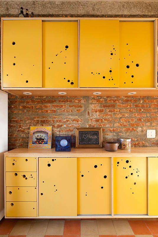 Armário de cozinha amarelo na decoração rústica
