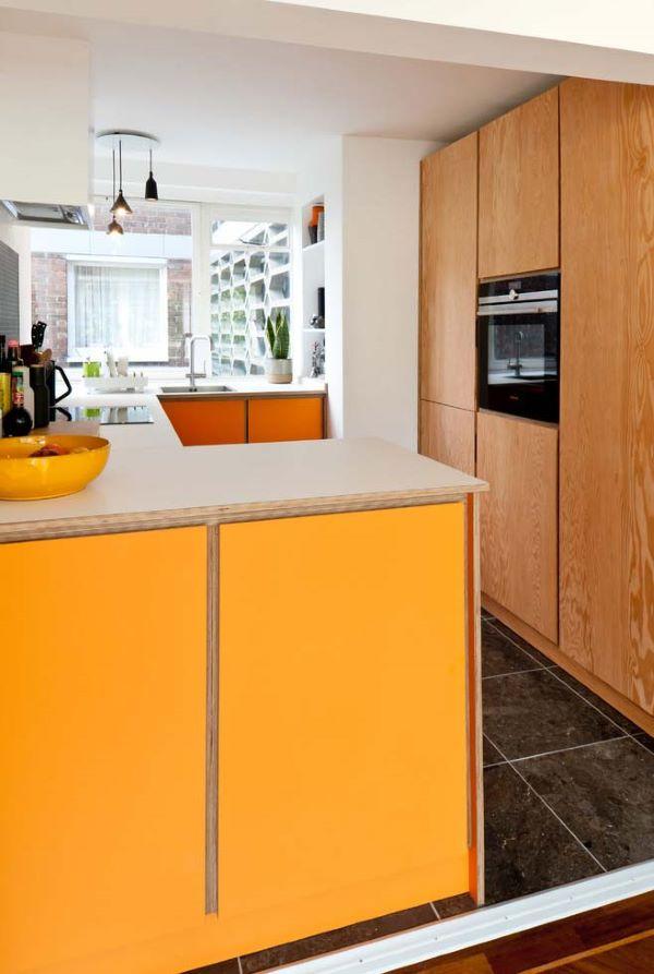 Armário de cozinha com detalhes amarelos na bancada