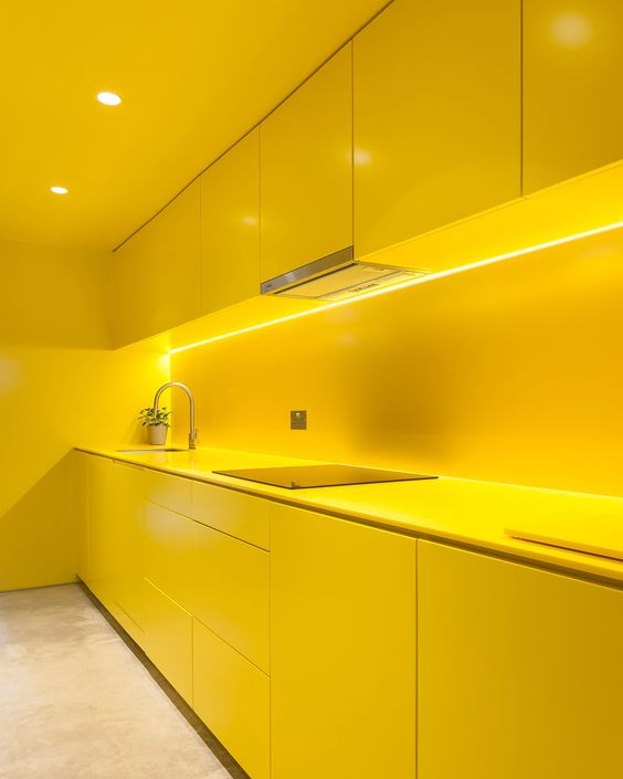 Armário de cozinha amarelo vibrante