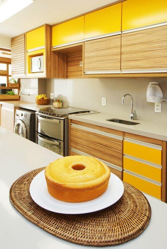 Armário de cozinha amarelo com móveis de madeira