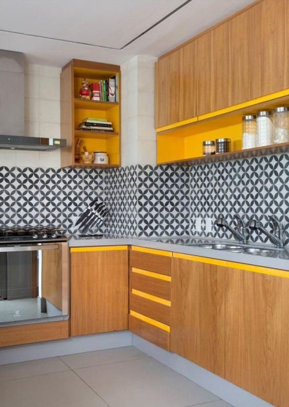 Armário de cozinha com detalhes em amarelo e revestimento geométrico