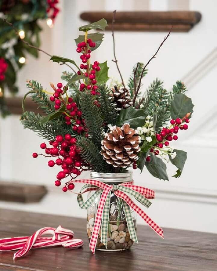 arranjo de Natal com pinhas e pequenas flores vermelhas  Foto Christmas Glitter