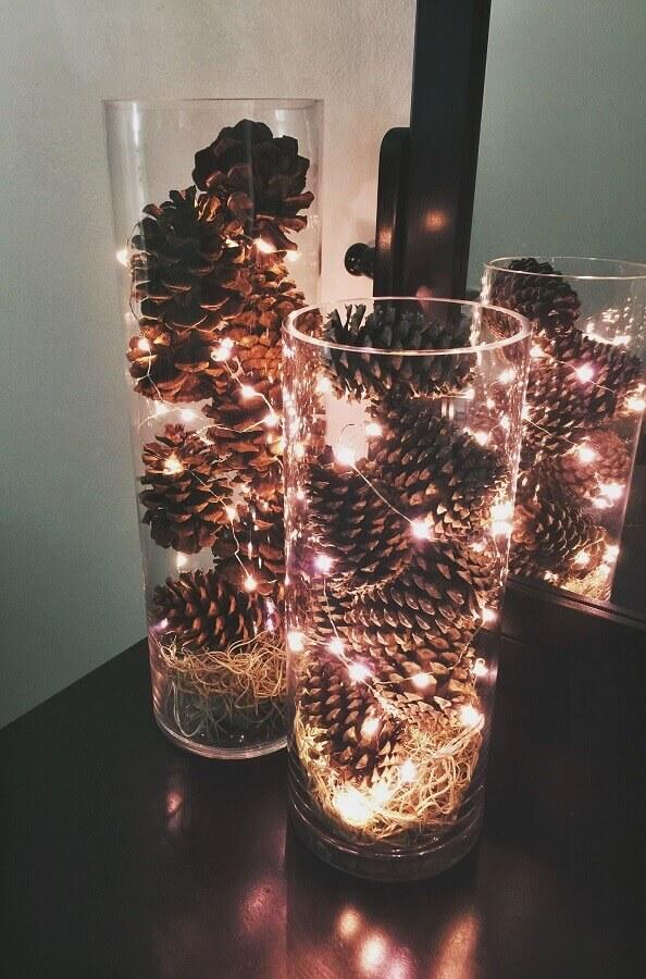 arranjo de Natal com pinhas e pisca pisca em vasos de vidro  Foto Pinterest