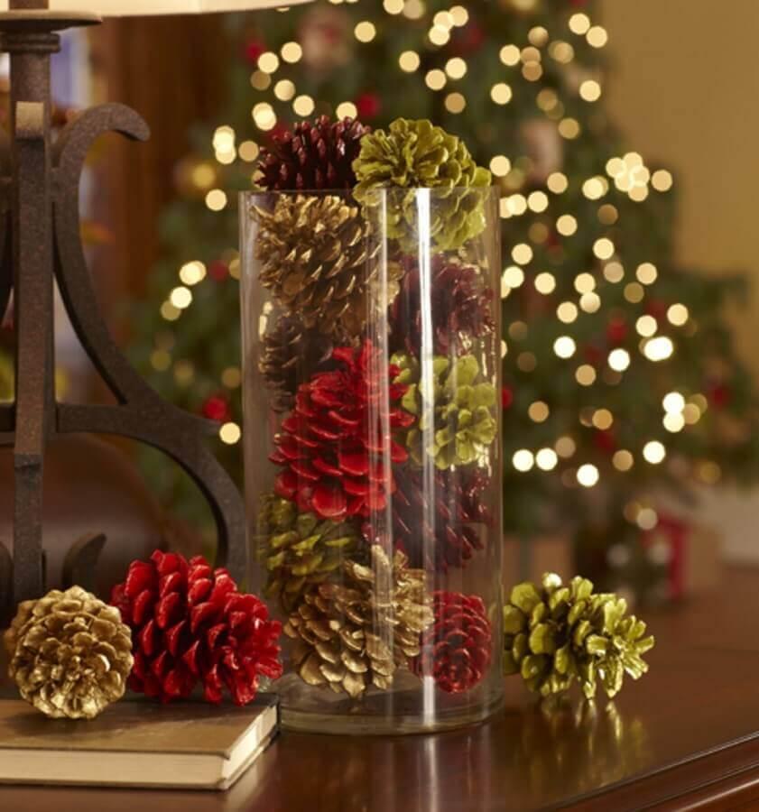 arranjo de Natal com pinhas e vaso de vidro  Foto Revista Artesanato