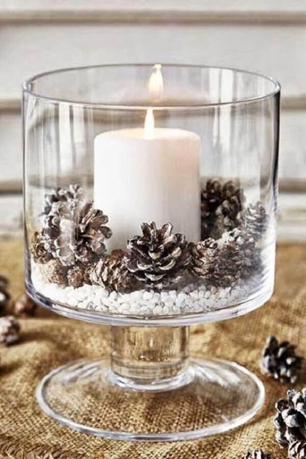arranjo de Natal com pinhas e vela para vaso de vidro Foto Eu Capricho