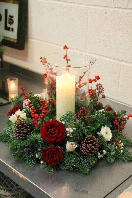 arranjo de Natal com pinhas vela e flores vermelhas Foto MdeMulher