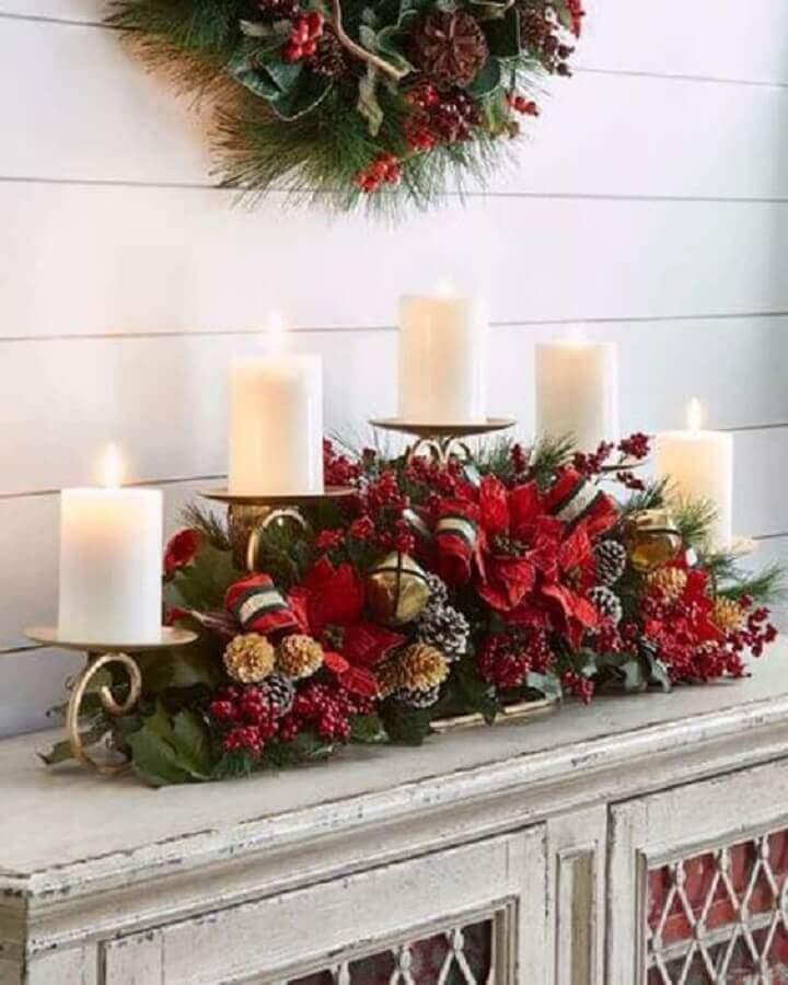 arranjo de Natal com pinhas velas e flores vermelhas  Foto Christmas Glitter