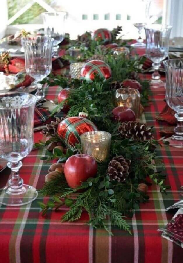 arranjos de Natal para mesa com pinhas bolas vermelhas e folhagens  Foto Pinterest